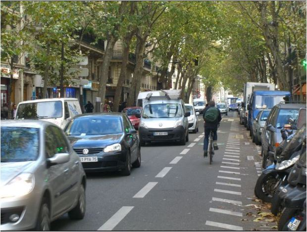 Counterflow cycle lane in Paris. Credit: Vladimit Zlokazov