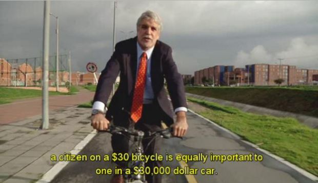 enrique-penalosa-on-bike-with-slogan