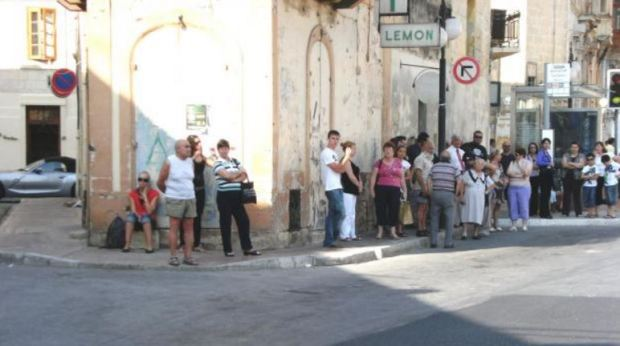 malta-people-waiting-for-bus