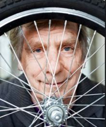 luud-looking-through-bike-wheel