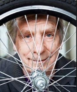 luud-looking-through-bike-wheel
